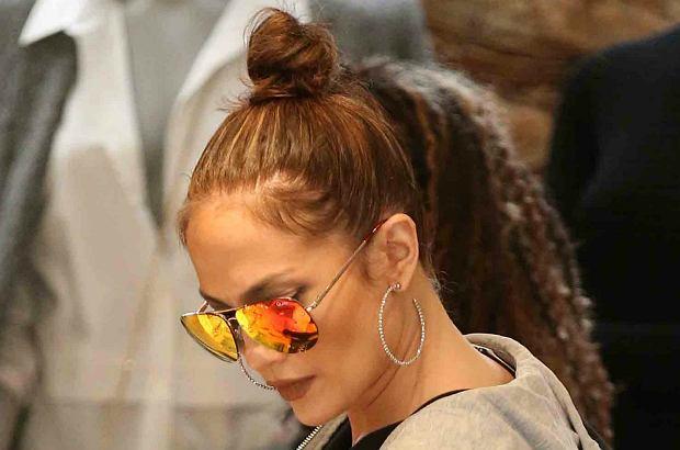 Jennifer Lopez na zakupy w Beverly Hills wybrała się w podkreślających jej kształty spodniach do ćwiczeń. Wyglądała doskonale!