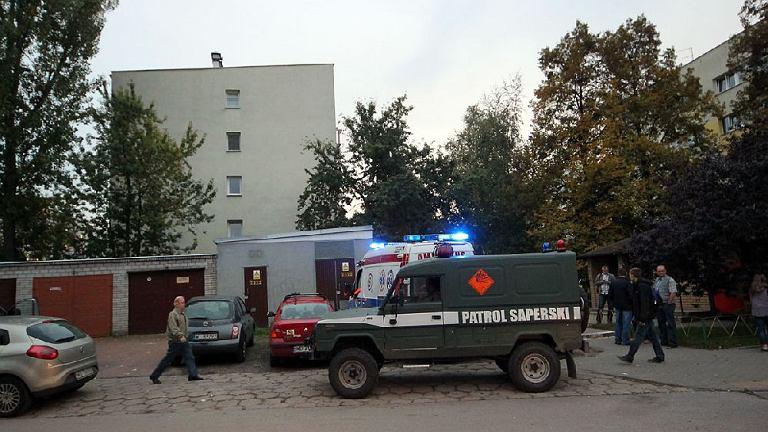 Akcja saperów, policji i straży pożarnej w budynku przy ul. Słodowiec 3, po znalezieniu pocisków i granatu z czasów II wojny światowej