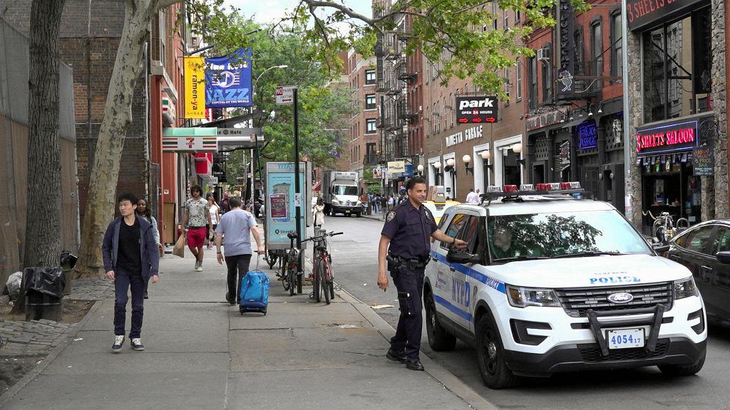 Niepozorna ulica na Manhattanie. To tu mieści się  The Blue Note - jeden z najważniejszych jazzowych klubów świata. Po lewej stronie wisi flaga z logo.  /