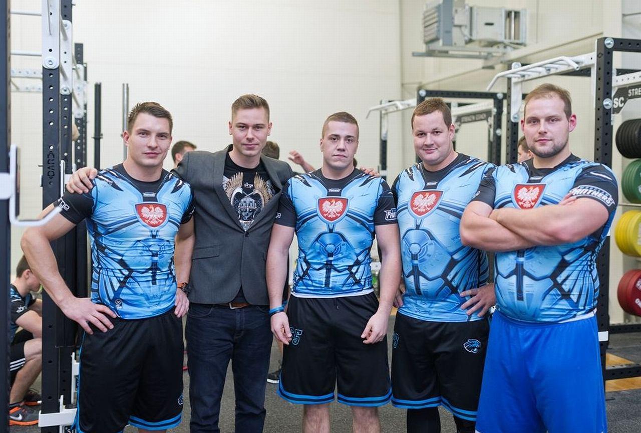 8d44914c83 Surge Polonia robi patriotyczne koszulki dla futbolistów Panthers Wrocław  ...