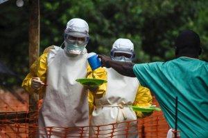 Ebola dotar�a na Filipiny, Amerykanie wysy�aj� pomoc do Afryki
