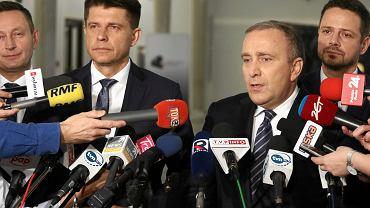 Konferencja z 23 listopada, na której Ryszard Petru, lider Nowoczesnej (drugi od lewej) wraz z Grzegorzem Schetyną, szefem PO (trzeci od lewej) ogłosił, że obie partie poprą kandydaturę Rafała Trzaskowskiego  (pierwszy z prawej) na prezydenta Warszawy, a Paweł Rabiej (pierwszy z lewej), dotychczasowy kandydat Nowoczesnej na to stanowisko, zostanie kandydatem na wiceprezydenta u boku Trzaskowskiego.
