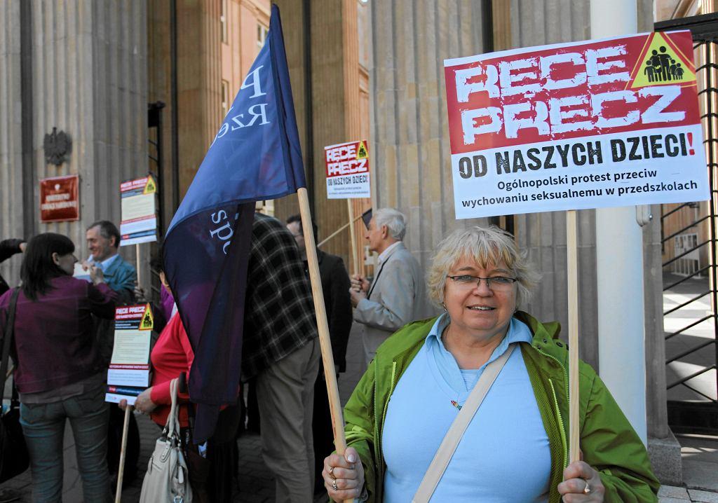 Pikieta przeciwko wprowadzeniu edukacji seksualnej w przedszkolach i szkołach, maj 2013 r. (fot . Sławomir Kamiński / Agencja Gazeta)