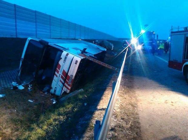 Wypadek na A2. Wycieczkowy autokar wpadł do rowu; 17 osób rannych
