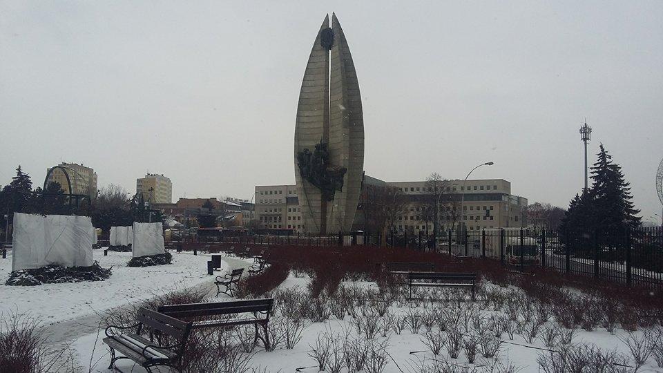 Pomnik Czynu Rewolucyjnego widziany z ogrodów bernardyńskich (fot. Mateusz Witkowski)