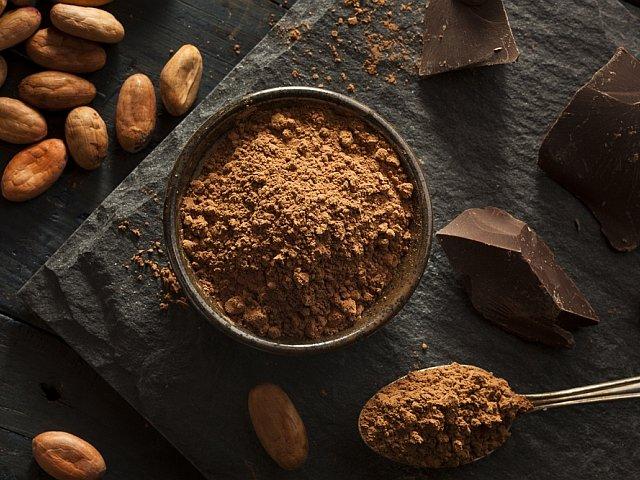 Surowe (czyli nie prażone) ziarna kakaowca można jeść jako samodzielną przekąskę, ale nadają się również do produkcji tzw. surowego kakao lub surowej czekolady.