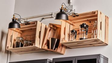 Nie lubisz nudy również we wnętrzu? Nie chcesz, by twoja kuchnia wyglądała, jak 'każda inna'?  Skrzynki KNAGGLIG do przechowywania narzędzi czy przyborów ogrodniczych w garażu świetnie sprawdzą się również w kuchni. Przymocuj je do ściany, ale niekoniecznie wszystkie równo - dzięki temu staną się zabawnym akcentem przyciągającym uwagę.