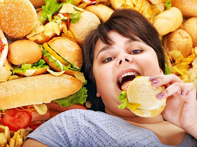 Tradycyjny fast food z pewnością nie służy zdrowiu. Co w nim szkodzi? Głównie duża zawartość soli i niezdrowe tłuszcze, w tym zabójcze kwasy tłuszczowe trans