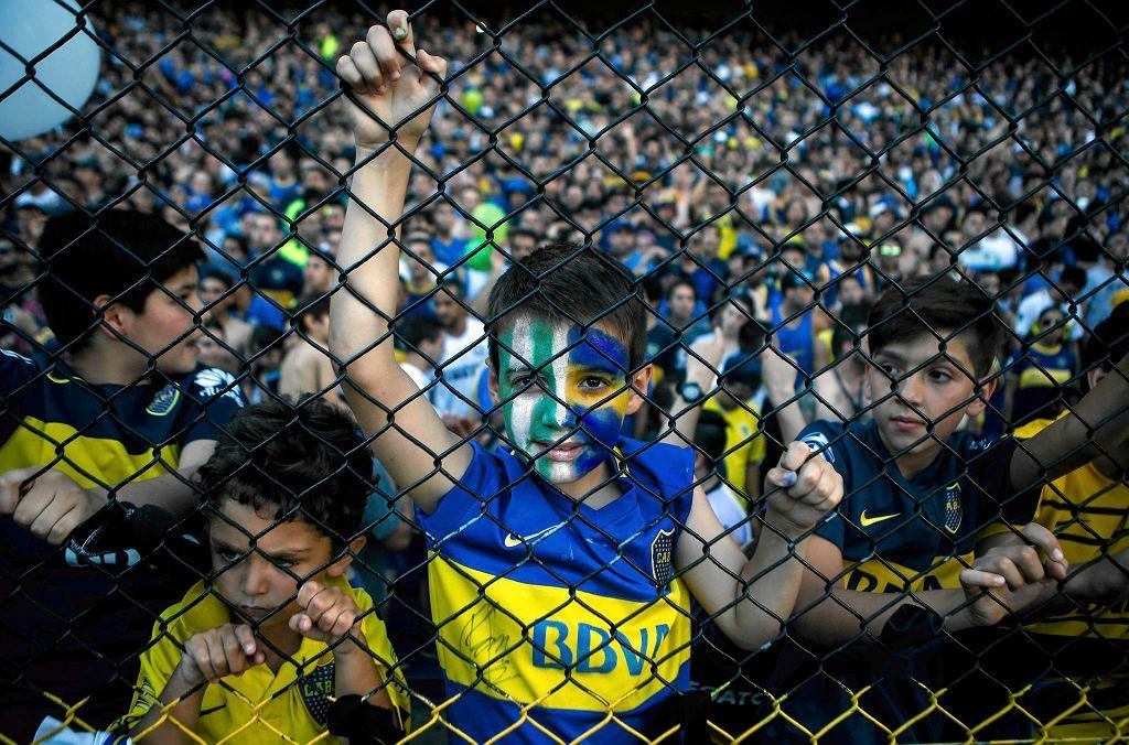 Kibice Boca Juniors oddający hołd zmarłym ofiarom katastrofy
