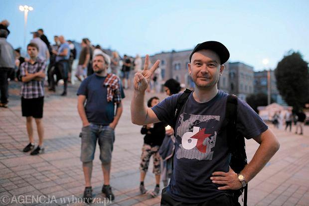 Zdjęcie numer 48 w galerii - Tłumy przed Sądem Okręgowym w Łodzi. Kolejny dzień protestów przeciwko zmianom PiS w sądownictwie [ZDJĘCIA]