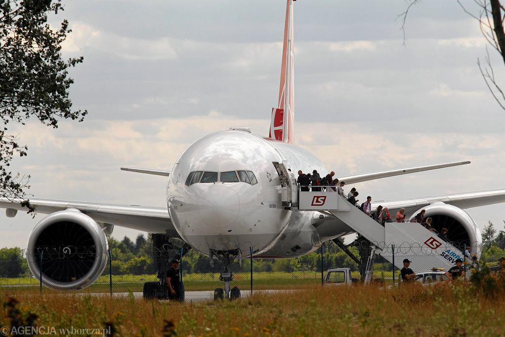 Ewakuacja pasażerow samolotu Boeing 777 tureckich linii lotniczych (Turkish Airlines), 30 lipca 2015 r. lądował awaryjnie na Okęciu z powodu podejrzenia podłożenia ładunku wybuchowego (fot. Dariusz Borowicz / Agencja Gazeta)