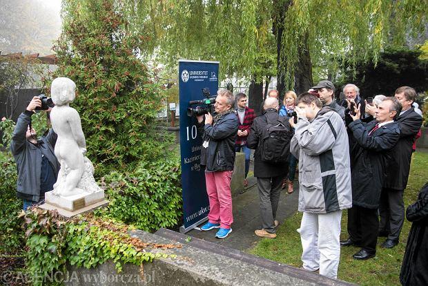 Zdjęcie numer 1 w galerii - W Ogrodzie Botanicznym odsłonięto rzeźbę