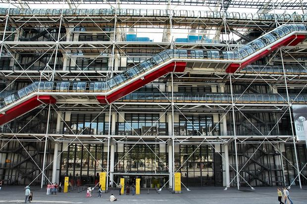 Centre Pompidou, Paryż - 3,130,000  odwiedzających rocznie. Centrum Georges'a Pompidou to ośrodek kulturalny, którego integralną częścią są muzeum sztuki współczesnej oraz biblioteka. Budynek wyróżnia się na tle innych oryginalną konstrukcją.