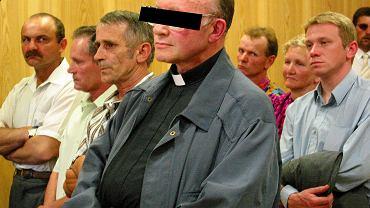 Moment ogłoszenia wyroku. Razem z oskarżonym ks. Michałem M. wysłuchali go parafianie z Tylawy