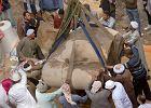 Wielkie kamienne cielsko wydobyli z błota w slumsach. Niesamowite odkrycie!