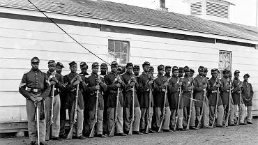Żołnierze 54. Pułku Piechoty z Massachusetts, jednego z pierwszych czarnych oddziałów walczących po stronie Północy. Fotografia została zrobiona w trakcie przygotowań przed wyruszeniem na front w lutym 1863 r. w obozie Camp Meigs pod Bostonem.