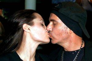 Jolie i Thornton byli jednym z najg�o�niejszych ma��e�stw Hollywood. �lub wzi�li w Vegas. Po 15 latach ukaza�y si� zdj�cia z tej ceremonii. MAMY JE!