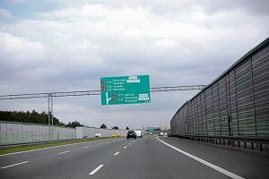 Znaki na autostradzie wprowadzaj� kierowc�w w b��d