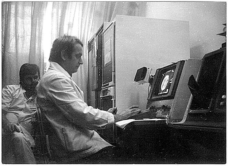 http://bi.gazeta.pl/im/6c/f1/ef/z15724908V,Przed-monitorem-radiolog-dr-Janusz-Konkiewicz--w-t.jpg