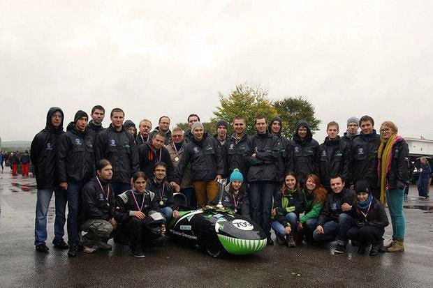 Zwycięska drużyna Politechniki Śląskiej na legendarnym torze Goodwood w Wielkiej Brytanii