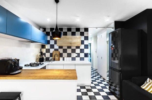 Kuchnia z motywem czarno-białej szachownicy.