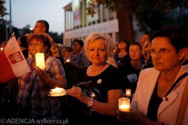 Zdjęcie numer 47 w galerii - Tłumy przed Sądem Okręgowym w Łodzi. Kolejny dzień protestów przeciwko zmianom PiS w sądownictwie [ZDJĘCIA]