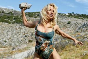 49-letnia Pamela Anderson jako rozczochrana dzikuska. Te dziwaczne zdjęcia to nowa kampania Vivienne Westwood