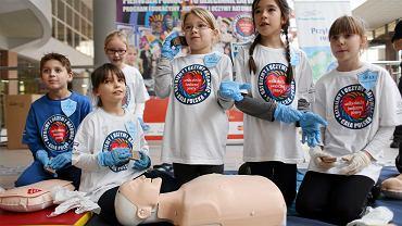Akcja WOSP i PKP 'Pierwsza pomoc - to dziecinnie proste' ,podczas której każdy chętny mógł poznać zasady pierwszej pomocy. Częstochowa, dworzec PKP, 16 grudnia 2015