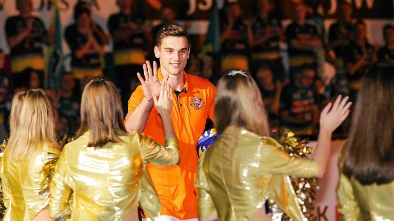 Ważną częścią prezentacji drużyny był też mecz trzeciej drużyny minionego sezonu (Jastrzębski Węgiel) z wicemistrzem (Skra Bełchatów); Jastrzębski Węgiel - PGE Skra Bełchatów 3:2 (31:29, 22:25, 25:17, 19:25, 20:18). 8 października o godz. 12.30 obie ekipy spotkają się raz jeszcze w Jastrzębiu-Zdroju w meczu inaugurującym występy pomarańczowych w nowym sezonie PlusLigi.