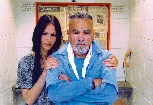2010 r. Charles Manson, skazany na dożywotnie więzienie za zabicie aktorki Sharon Tate i jej gości, ze swoją fanką i narzeczoną Afton Elaine Burton 'Star'
