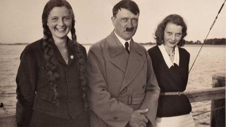 Hitler ze swoimi siostrzenicami Geli Raubal (z lewej) i Friedi Raubal (z prawej) (fot. commons.wikimedia.org / domena publiczna)