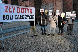 Pikieta przeciw pedofilii w Kościele pod poznańską katedrą. W środku - modlitwa z błaganiem o przebaczenie