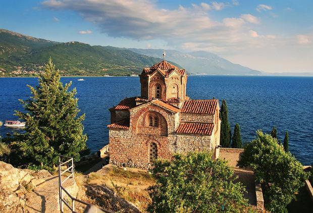 Macedonia. Jezioro Ochrydzkie - Cerkiew św. Jana Teologa w Kaneo / shutterstock