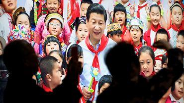 Propagandowy plakat towarzyszący ostatniemu zjazdowi partii: chiński lider Xi Jinping i dzieci