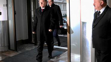 Jacek Kurski - kandydat na prezesa TVP - wchodzi do gmachu Ministerstwa Skarbu. od dziś zgodnie z wolą prezesa partii rządzącej to ministes skarbu mianuje władze TVI i Polskiego Radia