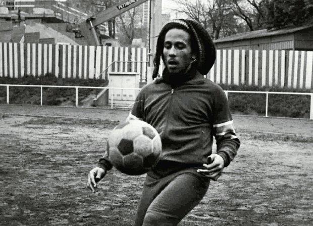 Bob Marley wcale nie umarł na skutek przedawkowania narkotyków. Zranił się w duży palec u nogi w trakcie meczu. Przewlekły stan zapalny sprzyjał powstaniu czerniaka
