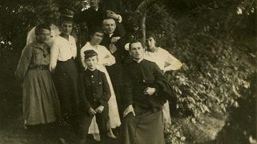 W podkrajewskim ogrodzie -  Seweryna Goszczycka po prawej, w głębi przed nią jej brat ks. Leon Goszczyki, pocz. lat 20. XX wieku