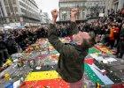 Mieszka�cy Brukseli wczoraj na placu de la Bourse w centrum miasta. Od wtorkowych zamach�w przychodz� tu t�umy, by z�o�y� kwiaty i odda� cze�� ofiarom terroryst�w