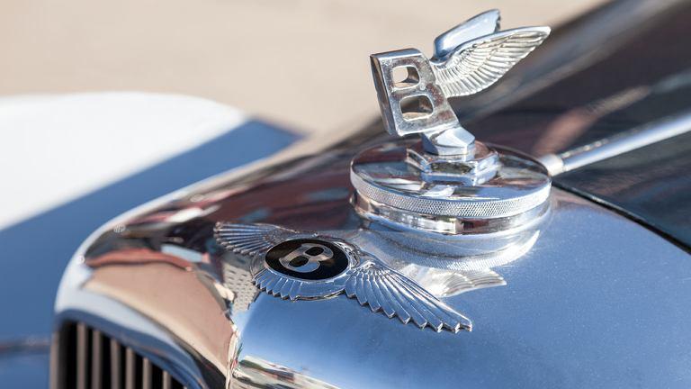 Znak towarowy takich marek jak Bentley jest zbyt cenny, by sprzedawać nim jedynie krótkie serie luksusowych samochodów