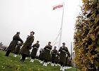 Flaga Polski wci�gni�ta na Maszt Wolno�ci na rondzie Babka