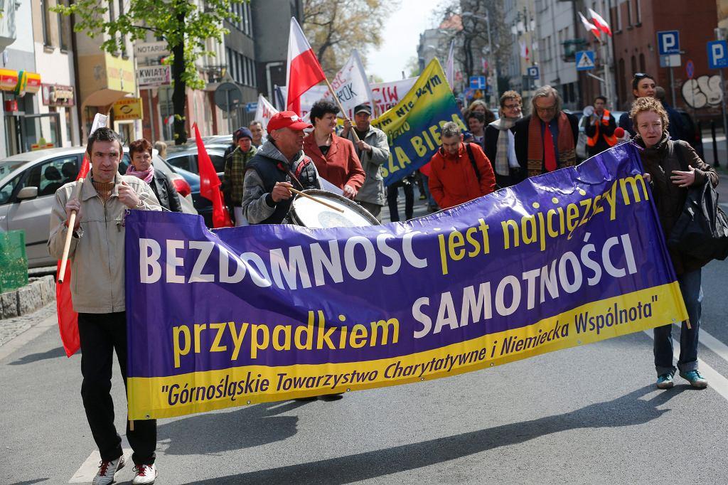 Pochód bezdomnych - zorganizowany 1 maja przez Górnośląskie Towarzystwo Charytatywne (fot. Dawid Chalimoniuk / Agencja Gazeta)