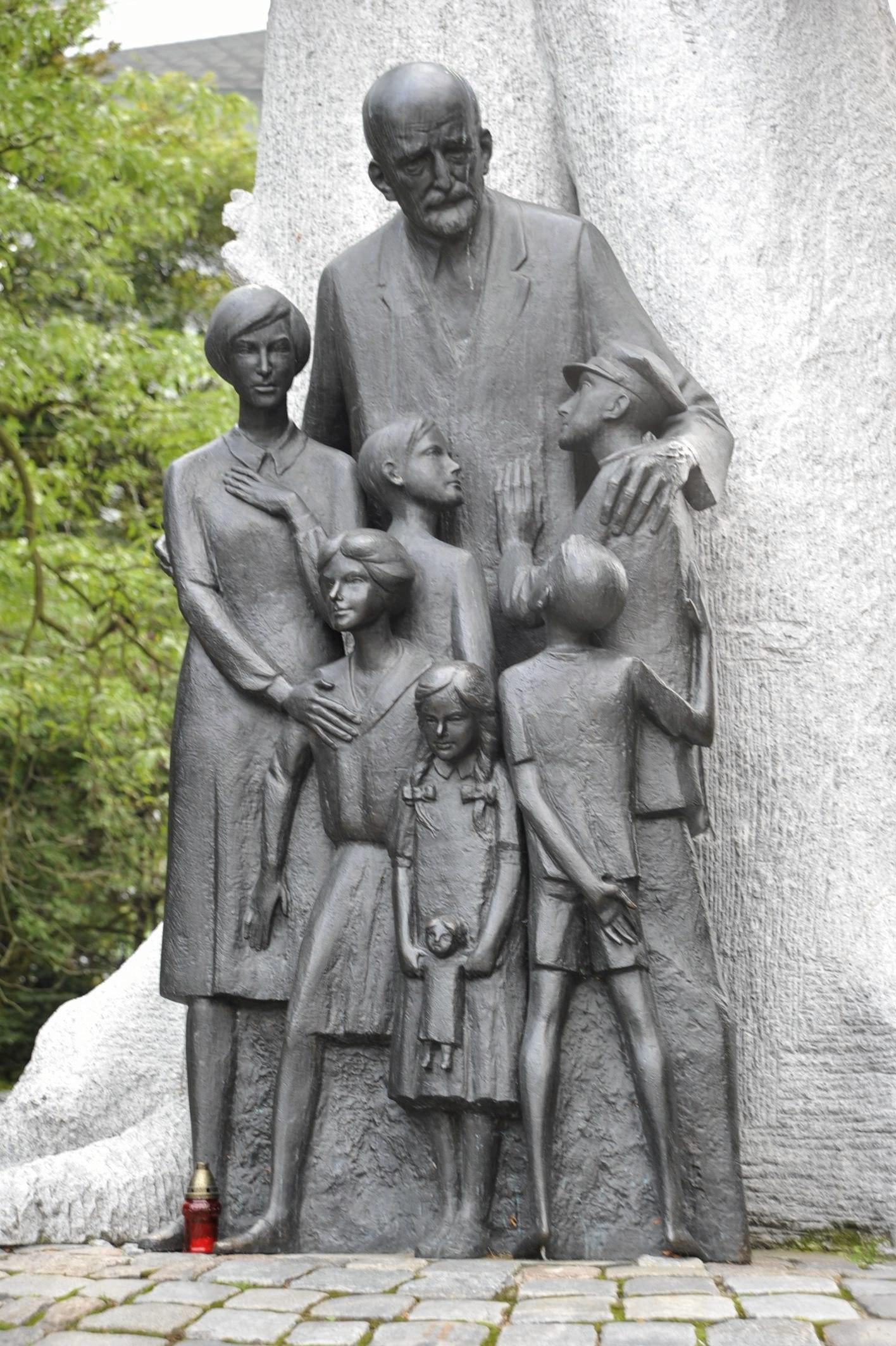 Pomnik Janusza Korczaka zaprojektowany przez Zbigniewa Wilmę i Jana Bohdana Chmielewskiego (fot. Waldemar Gorlewski / Agencja Gazeta)