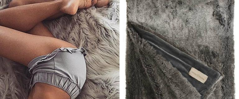 Taki futrzany koc często pojawia się na Instagramie Ewy Chodakowskiej. Gdzie go kupić i za ile?