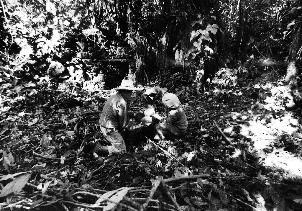 W 1976 r. Tony Halik i Elżbieta Dzikowska zostali pierwszymi Polakami, którzy dotarli do ruin zaginionego miasta Vilcabamba, ostatniej stolicy Inków. Na zdjęciu Dzikowska i towarzyszący parze w podróży prof. Edmundo Guillén, fotografię wykonał Halik (fot. archiwum prywatne rodziny Halików)