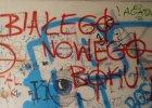 """Rasistowskie napisy przy punkcie dla migrantów. Zamalują """"White Power"""""""