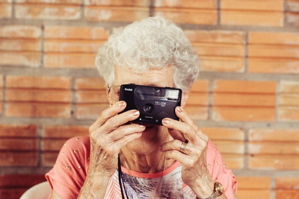 Dzięki pomocy w wyspecjalizowanych ośrodkach osoby starsze mogą cieszyć się aktywnym trybem życia przez wiele lat (fot. pexels.com)