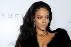 Je�li Lopez jest kr�low� p�aszczy, to kim jest Rihanna? Patrz�c na te zdj�cia chyba wiemy: oto nowa (i jedyna) kr�lowa szlafroka