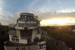 Tajemniczy dom z Jastrzębia na dachu PRL-owskiego bloku z wielkiej płyty