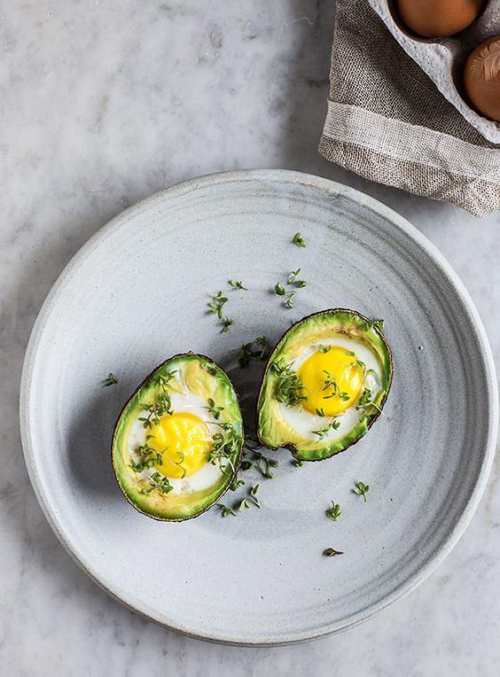 Jajka zapiekane w awokado są łatwe w przygotowaniu