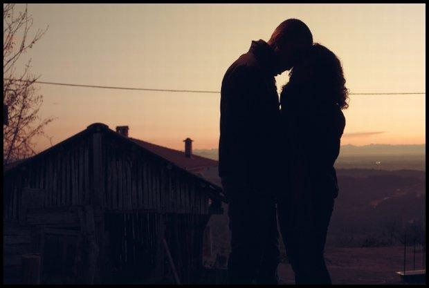 Miłość, to nie tylko pocałunki w świetle zachodzącego słońca (Fot. CC0/static.pexels.com)